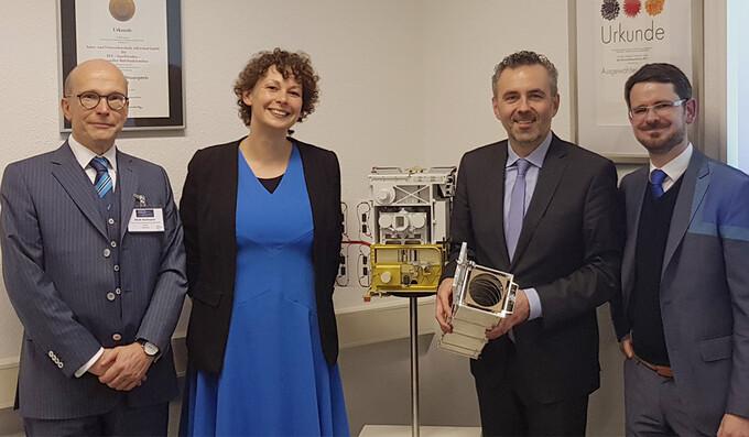 Koordinator der Bundesregierung besucht die Astro- und Feinwerktechnik in Adlershof
