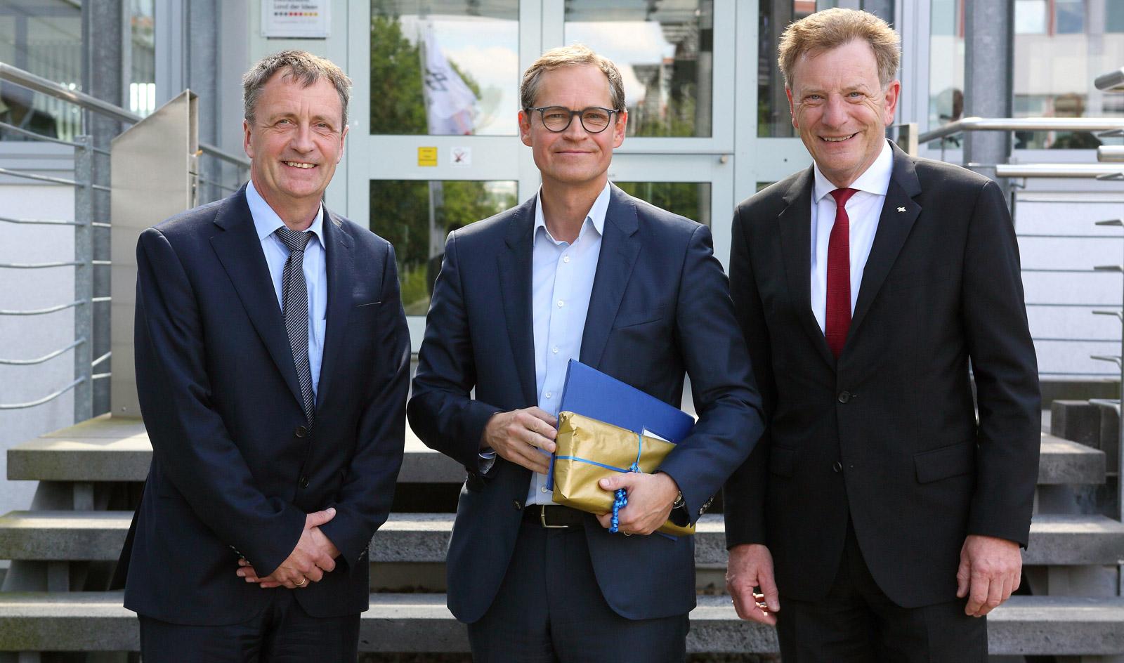 2f96063693 Michael Müller (Mitte) wurde am Standort von DLR-Vorstandsmitglied Klaus  Hamacher (Links) und Peter Georgino, Leiter der Standorte Berlin,  Neustrelitz, ...