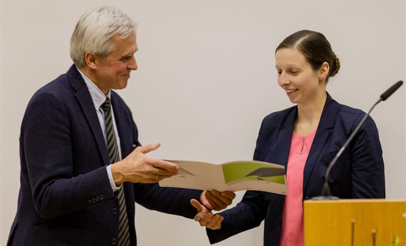 Hardy R. Schmitz überreicht die Urkunde an Dr. Franziska Fischer. Foto: Matthias Brandt, IGAFA