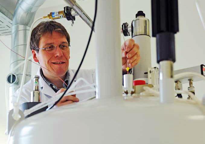 Im Labor: Dr. Michael Maiwald, Leiter des Fachbereichs Prozessanalytik an der BAM. Bild: © Adlershof Special
