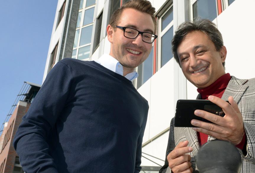 Simon Hamperl und Ramin Mokhtari vor dem Adlershofer Innovations- und Gründerzentrum. Bild: © Adlershof Journal