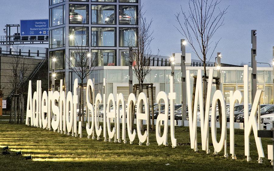 Ein neuer Claim bringt es auf den Punkt: Willkommensgruß in Adlershof. Bild: © WISTA