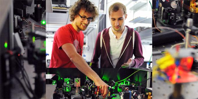 Janik Wolters und Niko Nikolay bei einem optischen Aufbau zur Untersuchung von Nanodiamanten. Bild: Adlershof Special