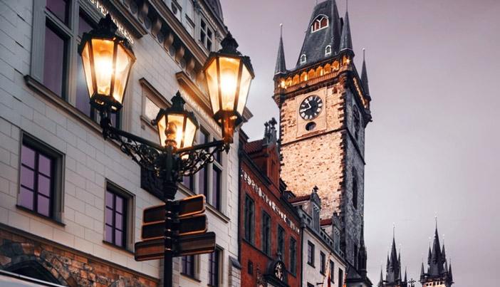 Die umgerüsteten Straßenlampen sind aus der Ferne ansteuerbar und nach Verkehrslage und Lichtverhältnissen dimmbar. Bild: Adlershof Special