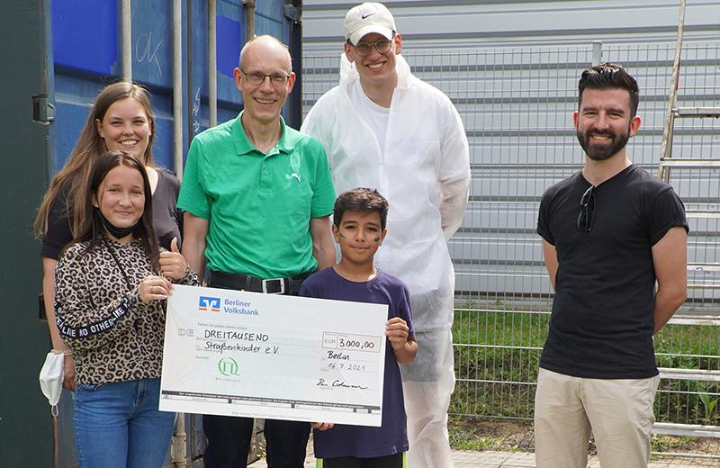 Donation handover to Straßenkinder e. V. © PicoQuant